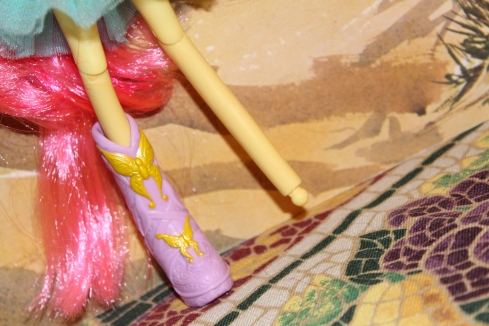 Pegged feet are on both the basic and deluxe versions of these dolls.